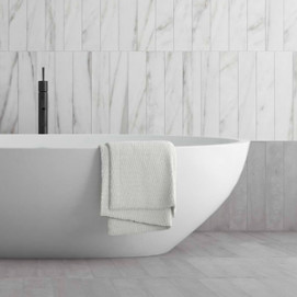 Calacatta Strip Bath